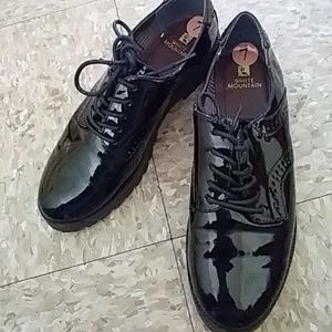 ladies patent leather shoes NWOT. Great shoe